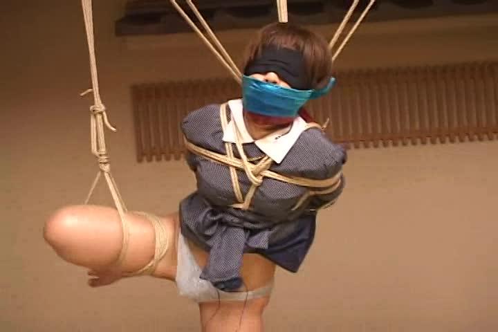 目隠しに猿轡を付けられたマゾが片足吊り、ローターをパンティに入れられたまま放置されグッショリ