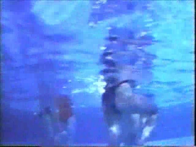ピタピタのボディコンお姉さんたちが裸の男につけられたお札を手を使わずに取る