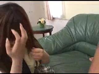[口内射精]女子校生がよつんばいの男にアナル玉舐めしながら手こきフェラ!愛乃みく