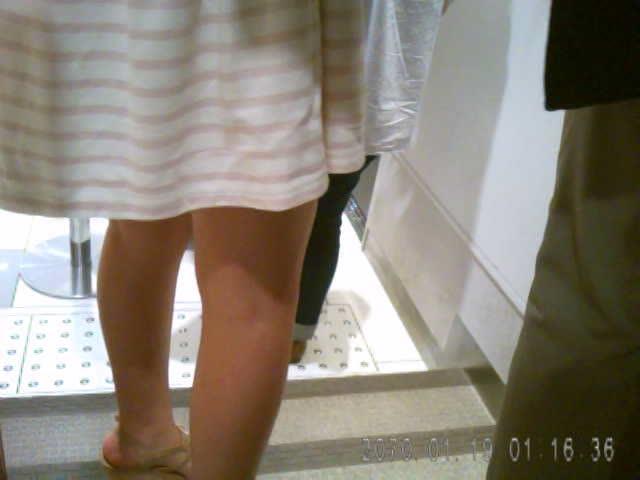 【盗撮動画】行列に並ぶカップルのワンピース彼女を狙い逆さ撮りパンチr...